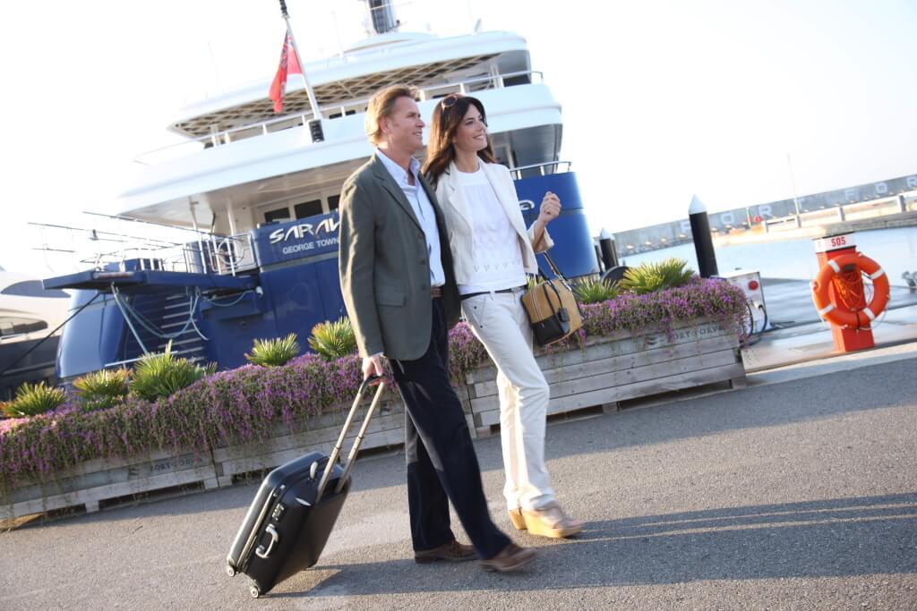 Pisos de lujo en Barcelona, pareja saliendo de su yate de lujo en el Port Forum de Barcelona