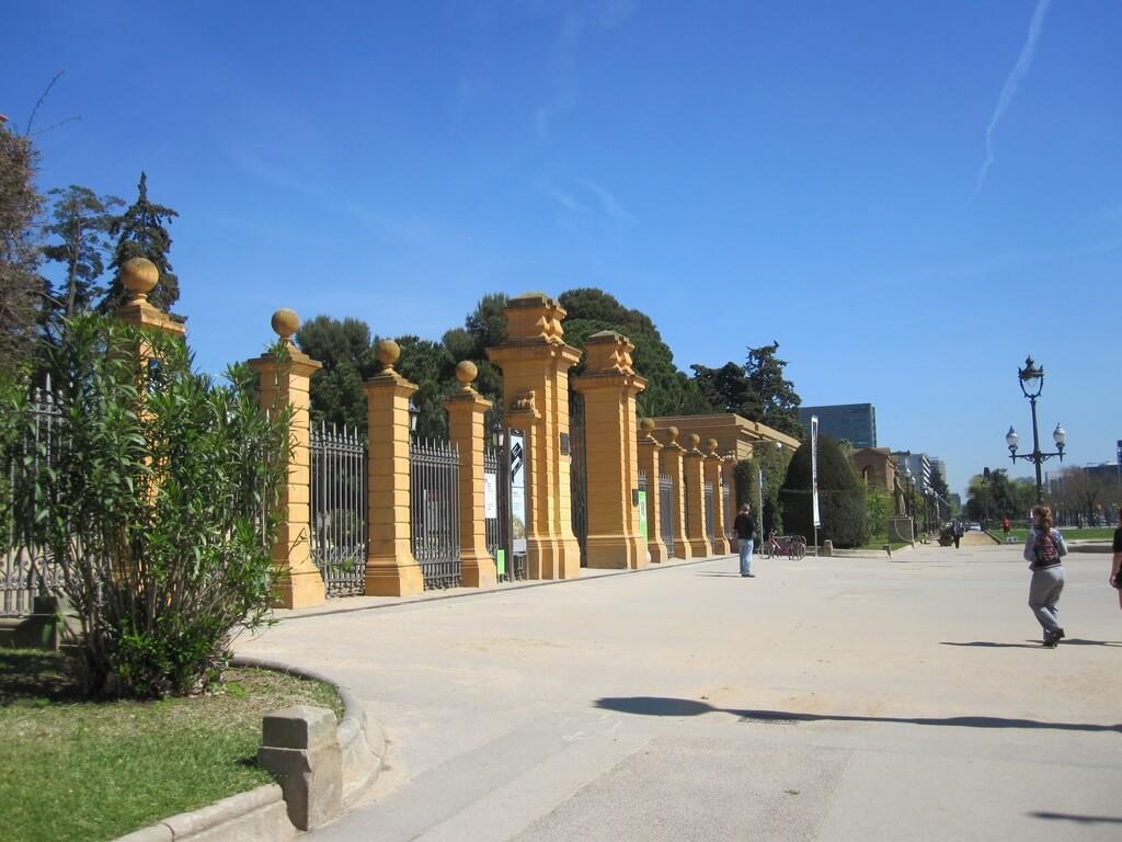 Entrada Palacio Pedralbes diseñada por Gaudi. Famosas casas Pedralbes en zona alta Barcelona. Pisos Pedralbes