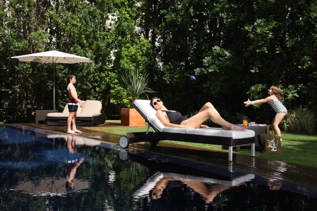 Сад с бассейном в жилом комплексе One Pedralbes House. Жилой комплекс в Педральбесе. Купить недвижимость в Барселоне