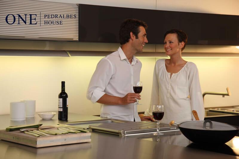 Pisos lujo Barcelona pisos de alto standing Barcelona One Pedralbes House pareja cocina