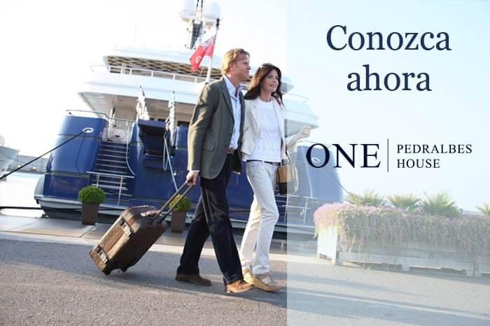 Pisos de lujo en Barcelona, pareja que sale de yate en el puerto.