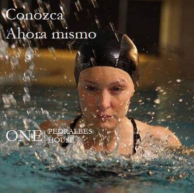 Pisos lujo Barcelona chica practicando natación en One Pedralbes House