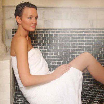 Pisos lujo Barcelona chica disfrutando sauna vapor en One Pedralbes House