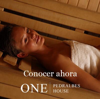 Pisos lujo Barcelona chica disfrutando sauna seca en One Pedralbes House