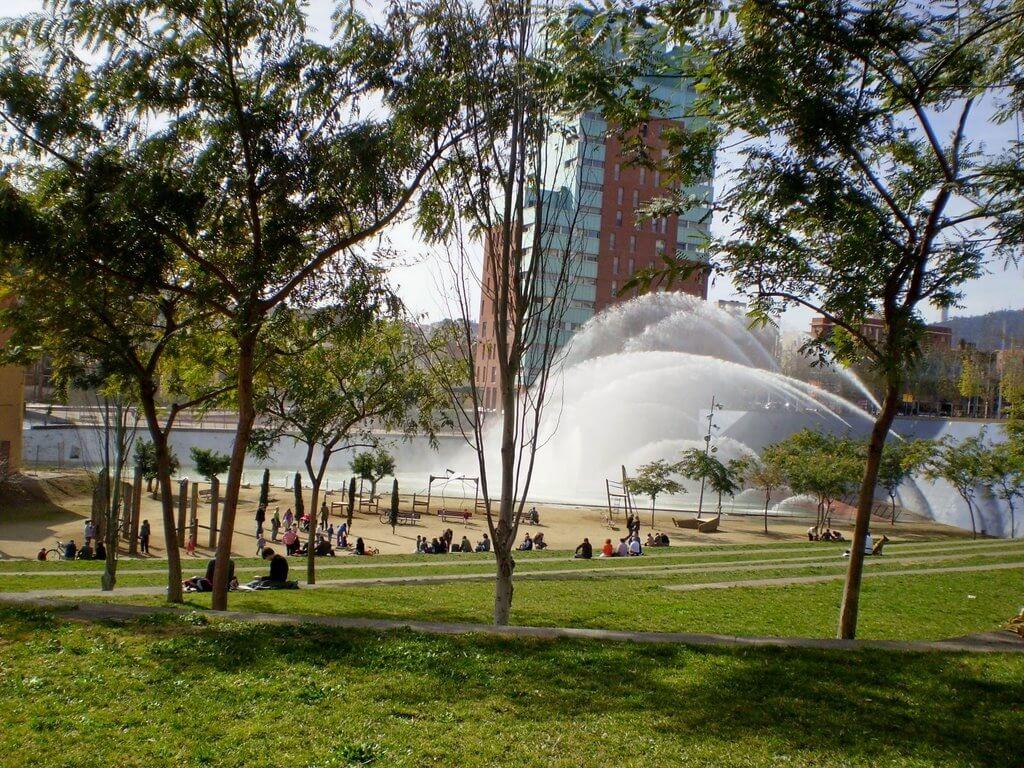Парк в Ноу Баррис. Район и недвижимость в Барселоне