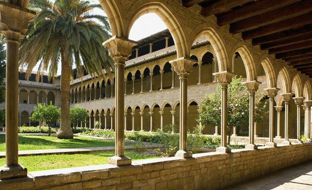 Entrada Palacio Pedralbes diseñada por Gaudi. Famosas casas Pedralbes en zona alta Barcelona. Pisos Pedralbes.
