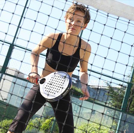 девушка играющая в паддл теннис элитная недвижимость барселона